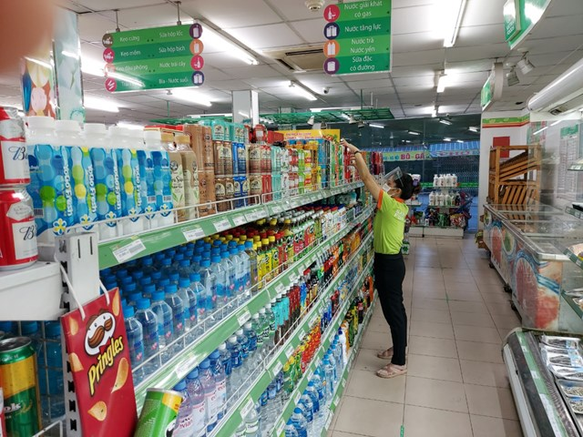 Tai siêu thị SatraFoods nằm trên đường Nguyễn Văn Quá, phường Tân Hưng Thuận, bánh kẹo, nước ngọt tràn ngập, rau củ, quả khan hiếm. Ảnh: Trung Lĩnh