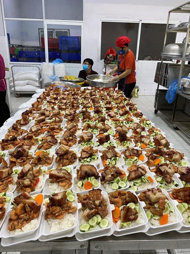 Những suất ăn từ thiện do người dân TP HCM tự nấu để sẽ chia với người nghèo. Ảnh: Hồng Lĩnh