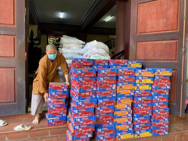 Mì tôm tặng cho người dân nghèo, người lao động gặp khó khăn.