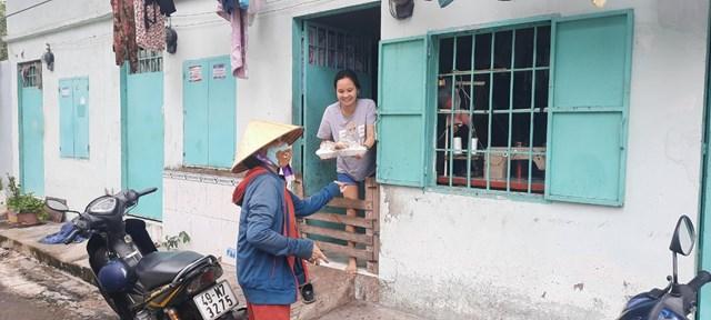 Người lao động gặp khó khăn đã nhận cơm từ thiện của Chùa Nam Thiên Nhất Trụ.