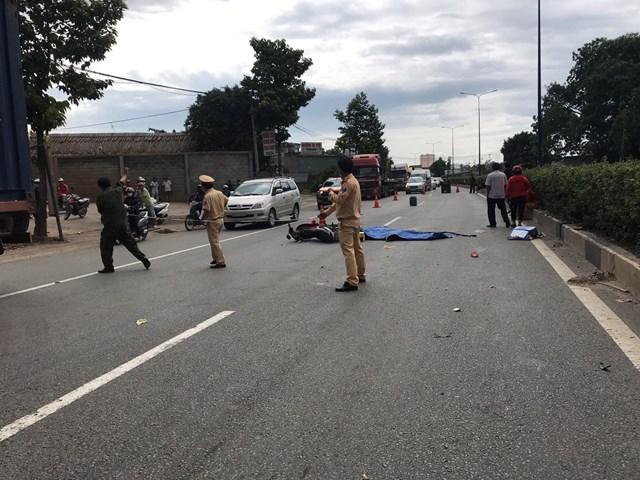 Bình Dương: Xe máy va chạm xe container làm 2 công nhân chết