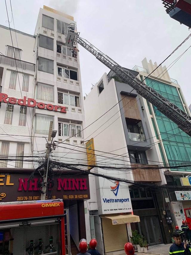 Cháy tầng 5 khách sạn ở TP HCM, 2 người thương vong