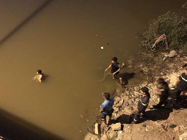 Lực lượng cứu hộ đưa thi thể nam thanh niên lên bờ.