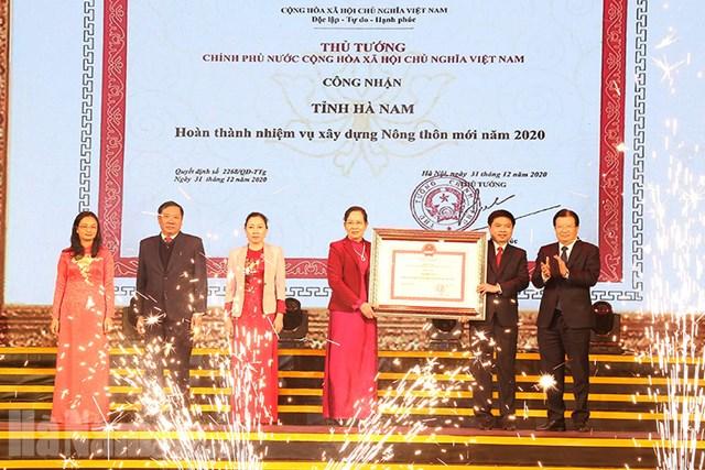 Phó Thủ tướng Trịnh Đình Dũng trao Bằng công nhận cho đại diện tỉnh Hà Nam.