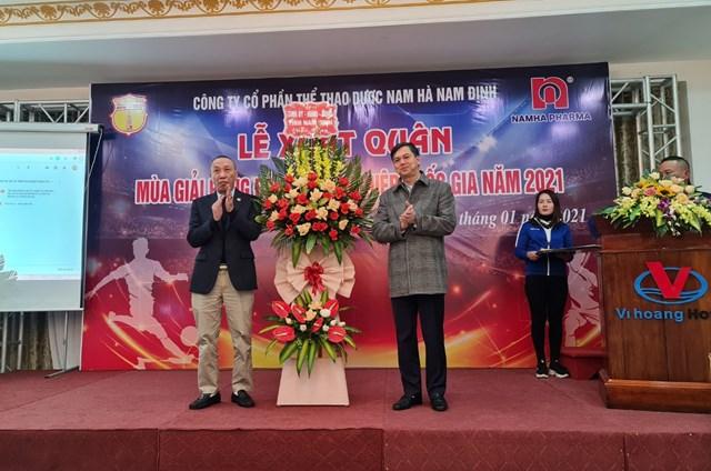 Phó Chủ tịch UBND tỉnh Nam Định Trần Lê Đoài (phải) chúc mừng Đội bóng Thành Nam.