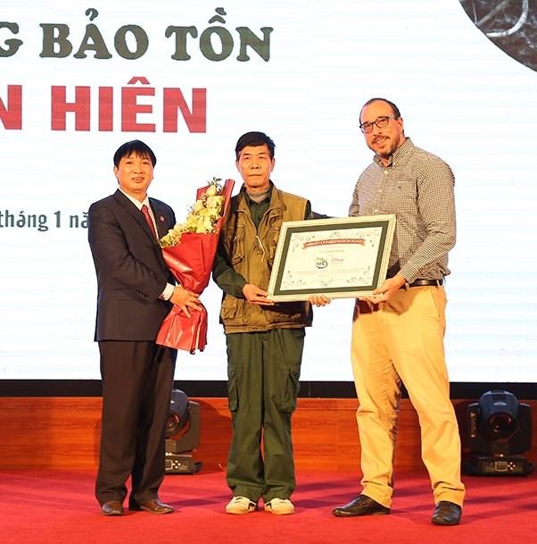 Ông Lê Văn Hiên đón nhận Bằng vinh danh