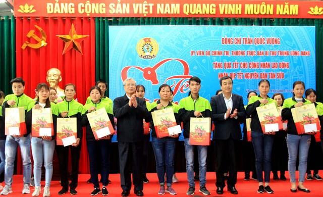 Thường trực Ban Bí thư Trần Quốc Vượng tặng quà Tết công nhân tại tỉnh Thái Bình.