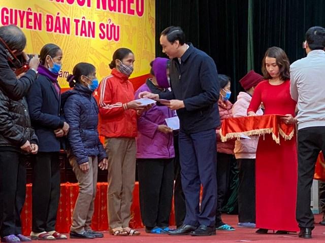 Phó Chủ tịch UBTƯ MTTQ Việt Nam Phùng Khánh Tài tặng quà Tết cho người dân tỉnh Thái Bình.