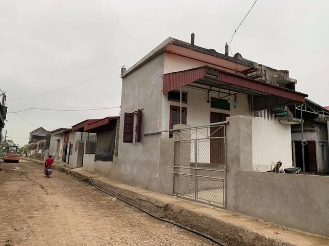 Trong đó có hai hộ gia đình đã sẵn sàng cưa cả tường nhà mái bằng, xây lùi vào phía trong, chấp nhận thu hẹp diện tích sinh hoạt.