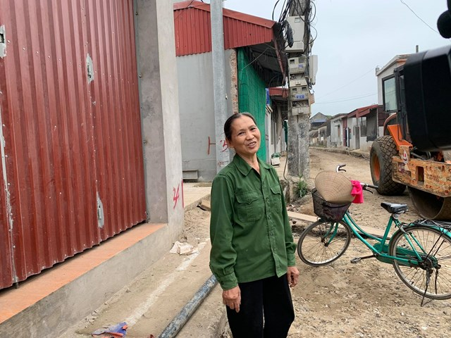 """Chia sẻ với Phóng viên, bà cho hay gia đình vừa """"hy sinh"""" một phần công trình nhà vệ sinh để lấy đất hiến góp cho dự án mở rộng đường. Tuy nhiên bà rất vui vì đã làm được việc ý nghĩa, vì lợi ích chung."""