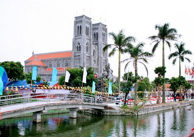 Giáo xứ Phú Thứ nằm gần Núi Gôi ở huyện Vụ Bản, dãy núi duy nhất ở tỉnh Nam Định. Nhà thờ giáo sứ được giáo dân địa phương khởi công xây dựng tháng 7/2014, khánh thành ngày 23/11/2017. Hiện Giáo xứ Phú Thứ có khoảng 800 giáo dân.