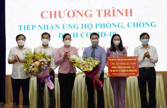 Bí thư Tỉnh ủy Hà Nam Lê Thị Thủy (thứ 3 từ trái qua) tiếp nhận nguồn ủng hộ các cán bộ, tướng lĩnh, doanh nhân quê Hà Nam. Ảnh: Báo Hà Nam.