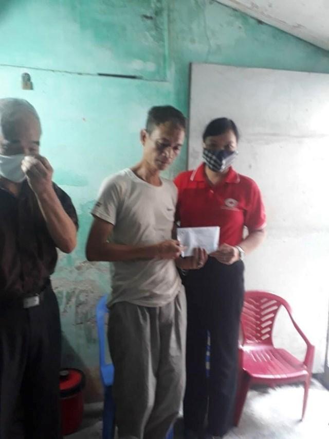 Bà Trần Thị Tuyến, Chủ tịch Hội chữ thập đỏ TP Nam Định trao tiền hỗ trợ xây nhà cho anh Lương Thanh Hà hôm 19/7 tại nhà anh.