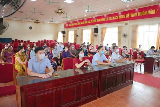 Hoạt động trao tặng tiền được tổ chức sáng nay, 8/8, tại trụ sở phường Lộc Hạ (TP Nam Định). Ảnh: Viết Dư.
