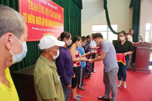 Ông Hoàng Quang Khoa, Chủ tịch Ủy ban MTTQ Việt Nam thành phố Nam Định trao tiền ủng hộ tới người dân địa phương. Ảnh: Viết Dư.