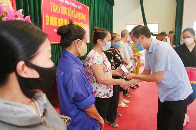 Ông Trần Đăng An, Phó Chủ tịch Ủy ban MTTQ Việt Nam tỉnh Nam Định trao tiền ủng hộ của bạn đọc Báo Đại Đoàn Kết tới người dân phường Lộc Hạ. Ảnh: Viết Dư
