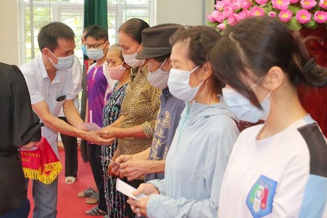 PV Thường trú Báo Đại Đoàn Kết tại Nam Định gửi gắm tình cảm của bạn đọc tới người dân phường Lộc Hạ (TP Nam Định) lúc khó khăn. Ảnh: Viết Dư.