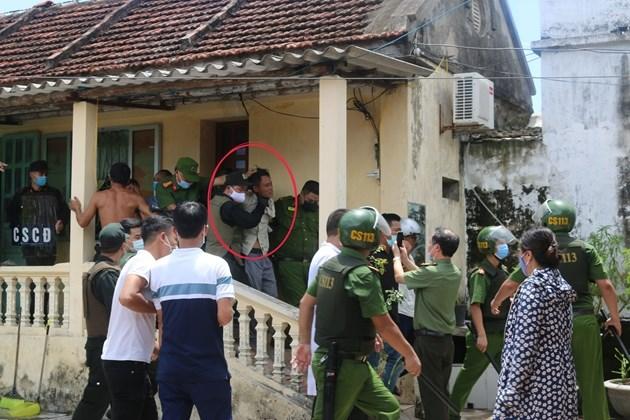 Trần Văn Hựu khi bị cảnh sát khống chế.