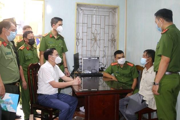 Đại tá Phạm Văn Long, Giám đốc Công an tỉnh Nam Định (áo trắng) lấy lời khai của Hựu.