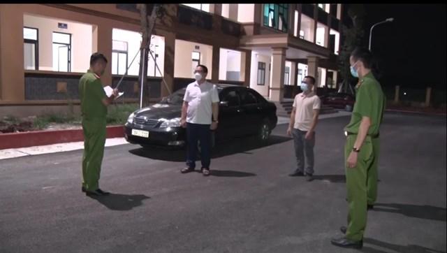 Giám đốc Hiền (đứng cạnh ô tô), nhân viên Khôi sau khi bị cảnh sát phát hiện dùng giấy tờ giả.