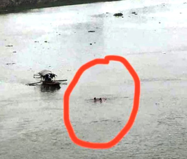 Hình ảnh Thượng úy Thứ vật lộn với dòng nước, cứu được cô gái được người dân ghi lại.