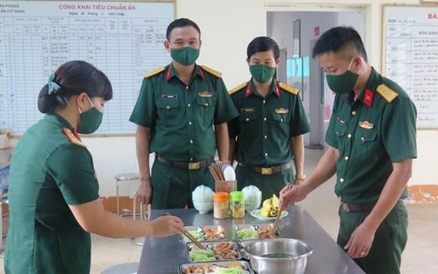 Thượng úy Thứ (ngoài cùng, bên phải) cùng đồng đội tại Bếp ăn Bộ chỉ huy Quân sự tỉnh Hà Nam.