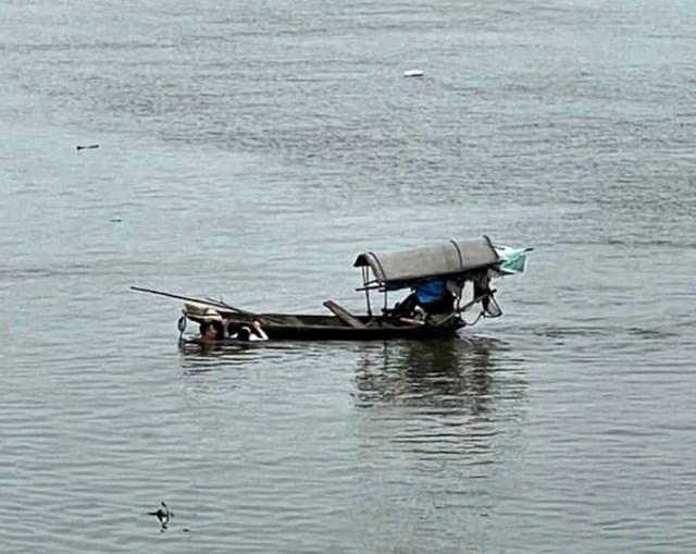 Thượng úy Thứ đưa cô gái tới tiếp cận được thuyền cá.