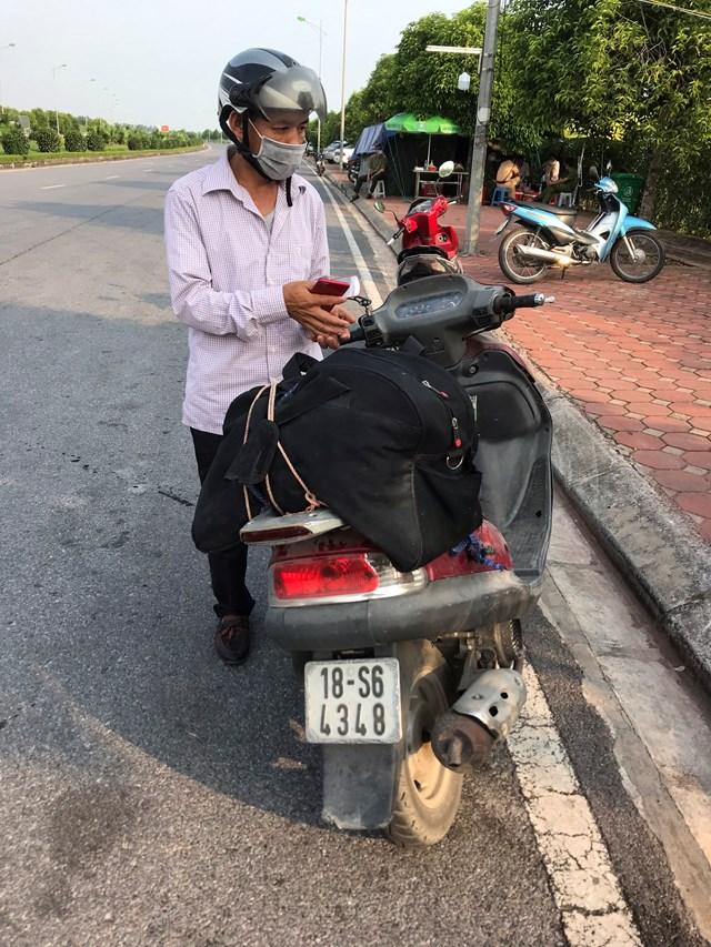 """Nhiều người Nam Định từ Hà Nội trở về quê buộc phải """"quay đầu"""" ở Chốt kiểm soát dịch đặt tại khu vực Trạm thu phí Mỹ Lộc."""
