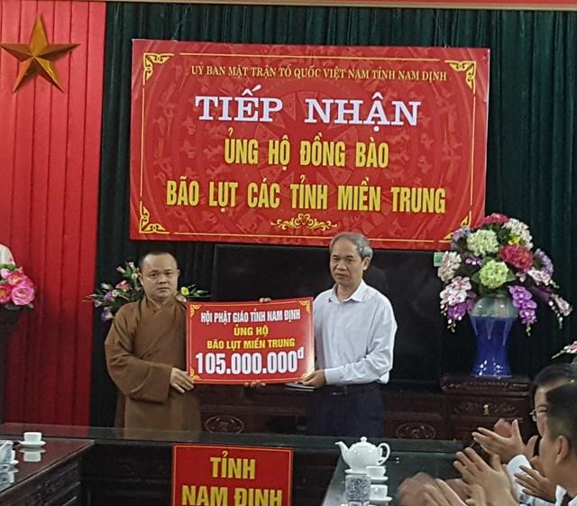 Tăng, Ni, Phật tử Nam Định tham gia ủng hộ.