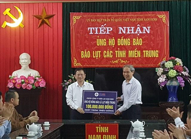 Ông Đoàn Văn Hùng, Chủ tịch Ủy ban MTTQ tỉnh Nam Định (bên phải) tiếp nhận ủng hộ của cán bộ, công nhân viên Công ty Điện lực Nam Định.