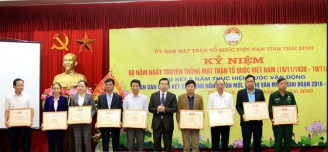 Các tập thể, cá nhân trong tỉnh Thái Bình có thành tích trong xây dựng nông thôn mới, đô thị văn minh được khen thưởng.