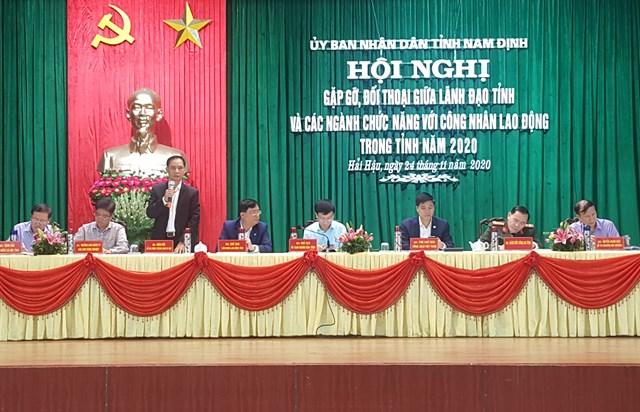 Chủ tịch UBND tỉnh Nam Định Phạm Đình Nghị (ngồi giữa) cùng lãnh đạo các sở ngành của tỉnh tham gia đối thoại.
