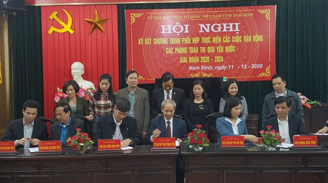 Chủ tịch Ủy ban MTTQ Việt Nam tỉnh Nam Định Đoàn Văn Hùng (ngồi giữa) cùng lãnh đạo Hội Nông dân, Hội Phụ nữ, Hội Cựu chiến binh, Liên đoàn Lao động, Đoàn Thanh niên tỉnh thực hiện ký kết.