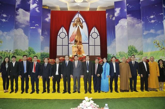 Chủ tịch Trần Thanh Mẫn cùng đoàn công tác thăm, chúc mừng Giám mục Phêrô Nguyễn Văn Đệ và các vị chức sắc, tu sĩ Tòa Giám mục Thái Bình (Thái Bình). Ảnh: Quang Vinh.