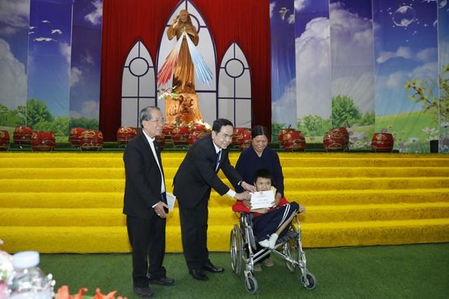 Chủ tịch Trần Thanh Mẫn tặng quà trẻ em nghèo đang được Tòa Giám mục Thái Bình nuôi dưỡng