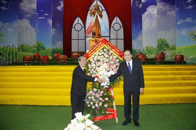 Chủ tịch Trần Thanh Mẫn tặng hoa, chúc mừng Giám mục Phê rô Nguyễn Văn Đệ. Ảnh: Quang Vinh.