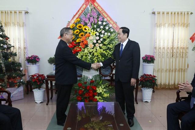 Chủ tịch Trần Thanh Mẫn tặng hoa, chúc mừng Giám mục Vũ Đình Hiệu nhân lễ Giáng sinh. Ảnh: Quang Vinh.