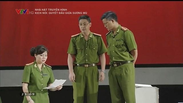 """Thượng tá, NSND Nguyễn Thị Thúy Hiền trong vở kịch nói """" Quyết đấu giữa sương mù""""."""