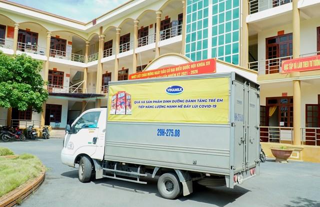 Các công tác giao nhận sữa và quà tặng đến các địa điểm cách ly được Vinamilk thực hiện một cách nghiêm túc, tuân thủ chặt chẽ quy định phòng dịch.