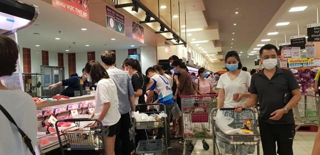 Tại siêu thị Aeon Long Biên người dân vẫn chen chúc mua bán, vi phạm Chỉ thị 16/CT-TTg: Không đảm bảo khoảng cách tối thiểu 2 m, tập trung quá 2 người…
