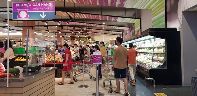 Khu vực rau, quả tại siêu thị Aeon Long Biên đông đúc người mua.
