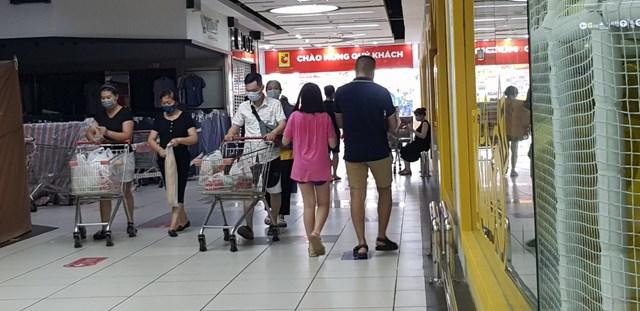 Người dân vẫn đi mua sắm nhộn nhịp tại siêu thị Big C Long Biên mà không có ai nhắc nhở đảm bảo khoảng cách an toàn.