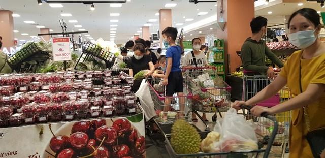 Trẻ nhỏ cũng được bố mẹ cho đi siêu thị Aeon Long Biên như những ngày thường.