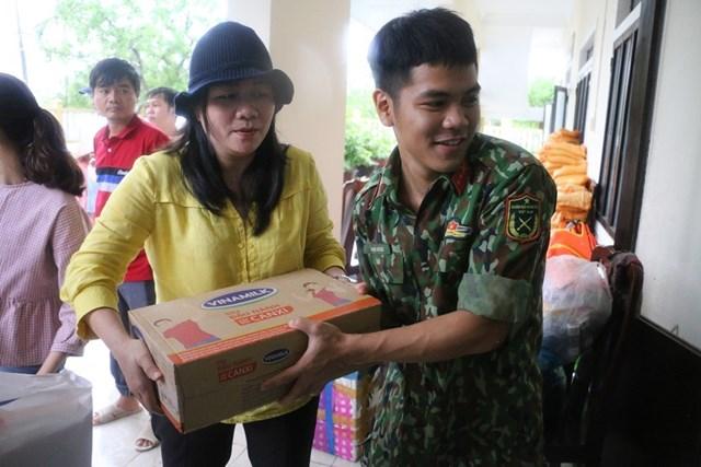 2.100 phần quà đầu tiên đã được trao đến tay người dân miền Trung đang gặp khó khăn vì bão lũ.