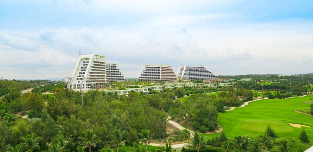 Khách sạn được thiết kế như chuỗi ADN uốn lượn ven biển Nhơn Lý.