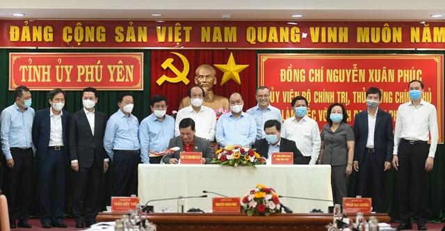 Thủ tướng Nguyễn Xuân Phúc và các đại biểu chứng kiến lễ ký hợp tác đầu tư vào tỉnh Phú Yên.