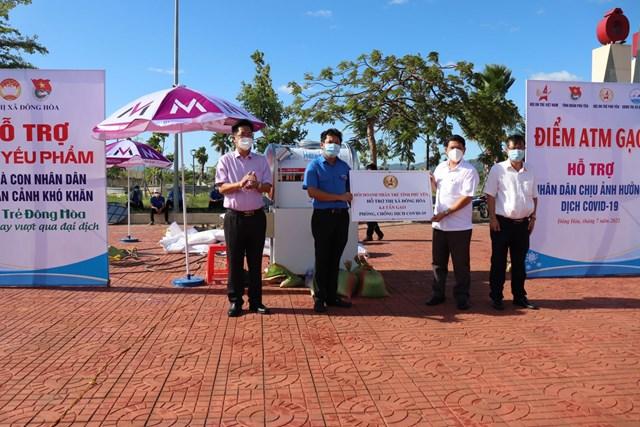 Điểm ATM gạo hỗ trợ người dân khó khăn do ảnh hưởng dịch Covid-19 tại TX Đông Hòa (Phú Yên).
