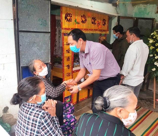 Đại diện UBND huyện Tuy Phước (Bình Định) tới thăm hỏi, chia buồn cùng gia đình nạn nhân.