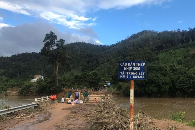 Sơ tán người dân tại khu vực xung yếu trước khi bão số 10 đổ bộ - Ảnh 1