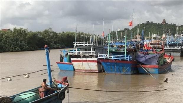 Ngư dân thành phố Tuy Hòa, Phú Yên neo đậu tàu thuyền tránh trú bão.
